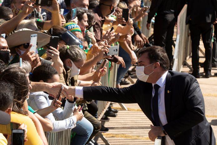 Flavio Bolsonaro groet aanhangers van zijn vader.