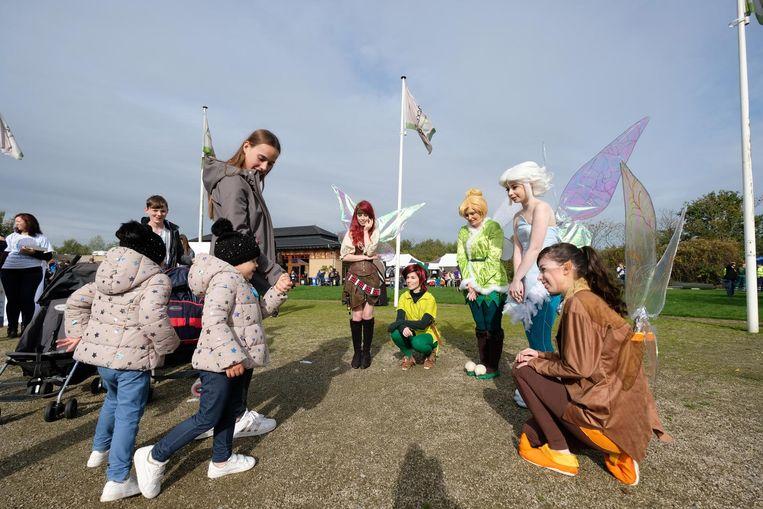 De kinderen werden in het dierenpark verwelkomd door sprookjesachtige figuren, zoals deze elfjes.