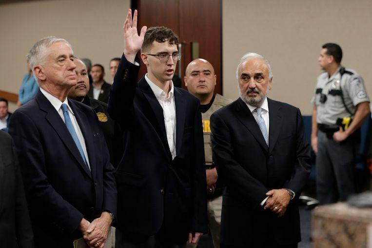 Geflankeerd door zijn advocaten pleit verdachte Patrick Crusius onschuldig. Beeld null