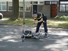 Auto rijdt door na aanrijding met fietser in Tilburg