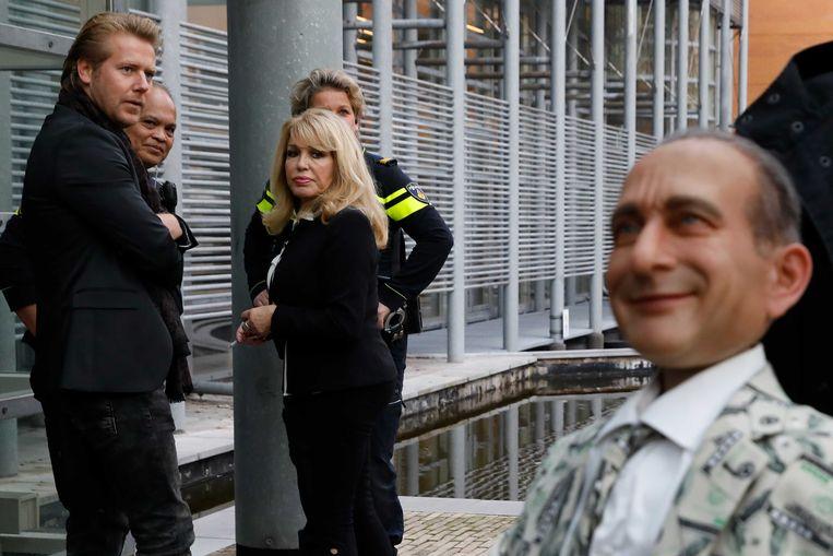 Patricia Paay (midden) met haar echtgenoot Robbert Hinfelaar (links) met de pop van Johan Vlemmix (rechts).