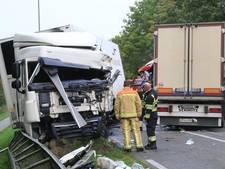 Invoegende automobilist veroorzaakt frontale aanrijding met 2 vrachtwagens in Deurne