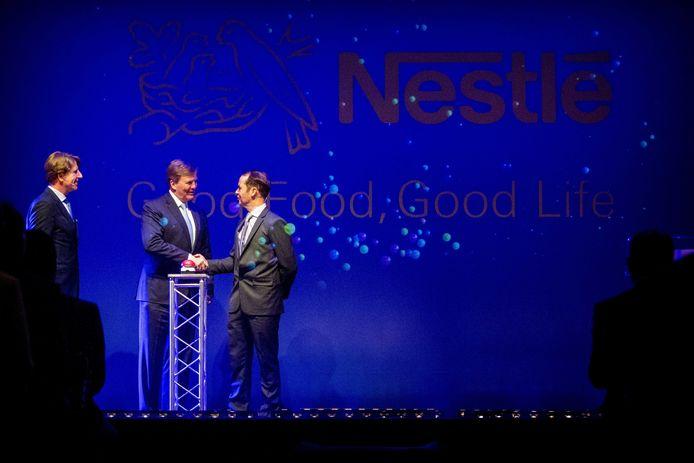 Koning Willem-Alexander opent de uitbreiding van de babyvoedingsfabriek van Nestlé. Na de openingshandeling kreeg de koning een rondleiding door de fabriek.