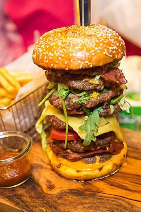 Monsterbroodje met zeven hamburgers kost 9.000 euro
