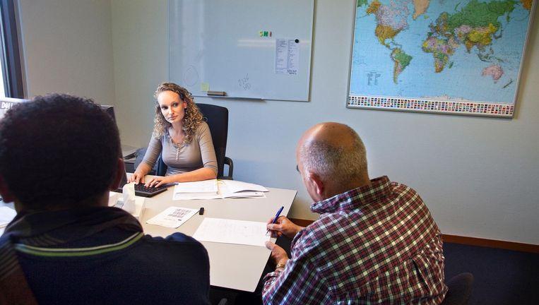 Een asielzoeker wordt ondervraagd door de IND in Ter Apel. Beeld Arie Kievit / de Volkskrant