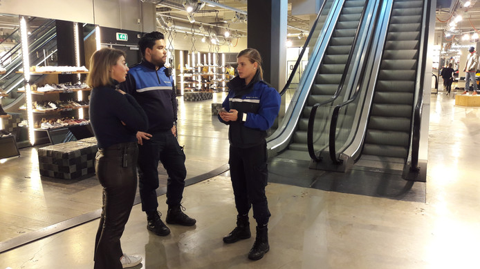 Studenten Alexandra Kosmadaki en Diego van Baast nemen met storemanager Anouk van kledingwinkel Men at Work aan het Pieter Vreedeplein de beveiliging door.