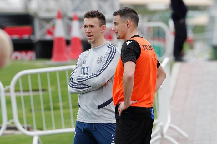Perisic slaat een praatje met zijn landgenoot Mitrovic.