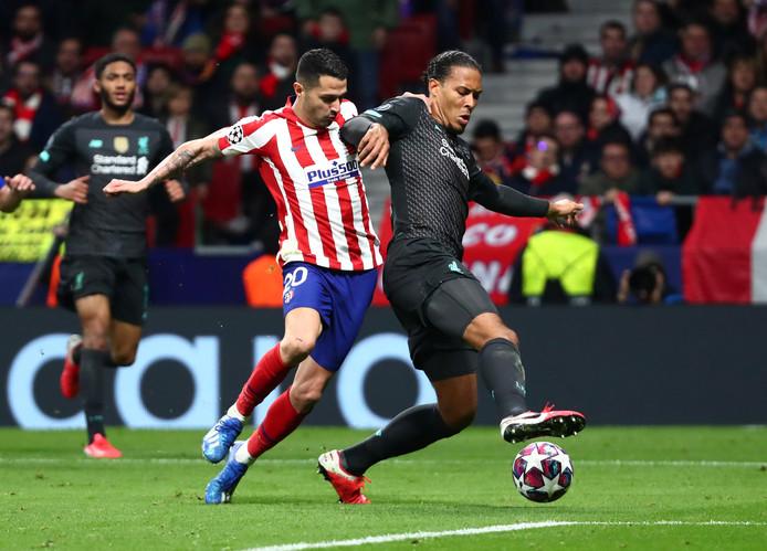 Virgil van Dijk schermt de bal af voor Vitolo.