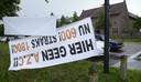 Steeds meer mensen protesteren tegen de komst van asielzoekerscentra.