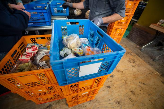 De Voedselbank Almelo zit diep in de financiële problemen. Op vrijdag geven ze pakketten uit aan 220 gezinnen.