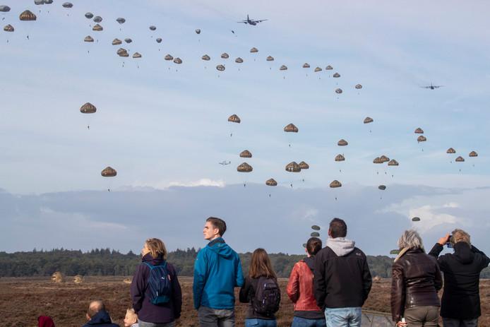 "Airborne Herdenking Ginkelse Heide ""massdrop"""
