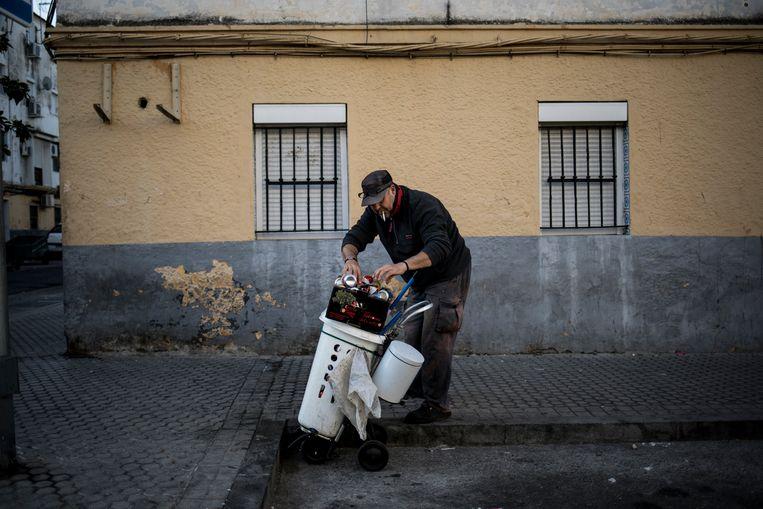 Buurtbewoner Sebastian Calderón verzamelt blikjes om aan geld te komen. Beeld Javier Fergo