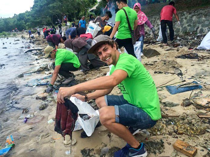 Tijmen Sissing aan het werk in Borneo.