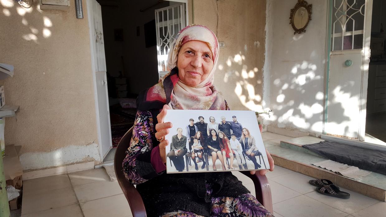 Dora met de foto die gemaakt is ter ere van haar vijftigjarige huwelijk. Haar kinderen en kleinkinderen vierden dat met elkaar, maar zonder haar en haar man.