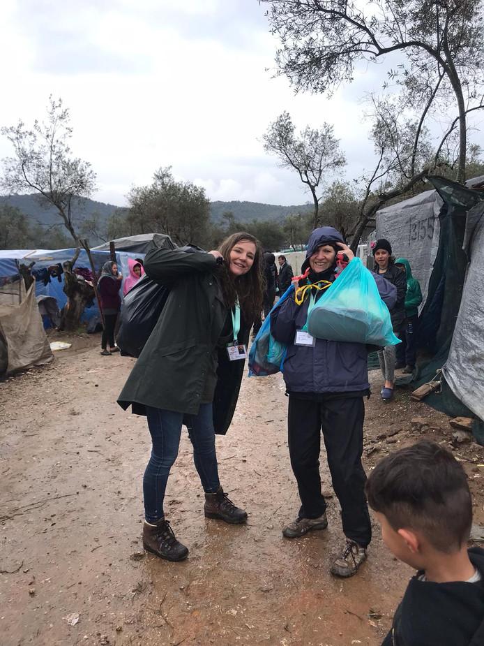 Elise de Ruiter en haar moeder Leny sjouwen met levensmiddelen langs de vluchtelingen van Lesbos