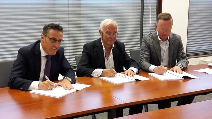 Burgemeester Frank van der Meijden, Joop Spek (voorzitter Centramanagement Laarbeek) en Rico van den Eijnde van Rialto ondertekenen de samenwerkingsovereenkomst.