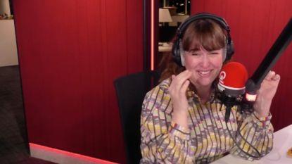 Grappig momentje op Q: Dorothee Dauwe moet zo hard lachen dat ze haar flauwe mopje niet zelf kan vertellen
