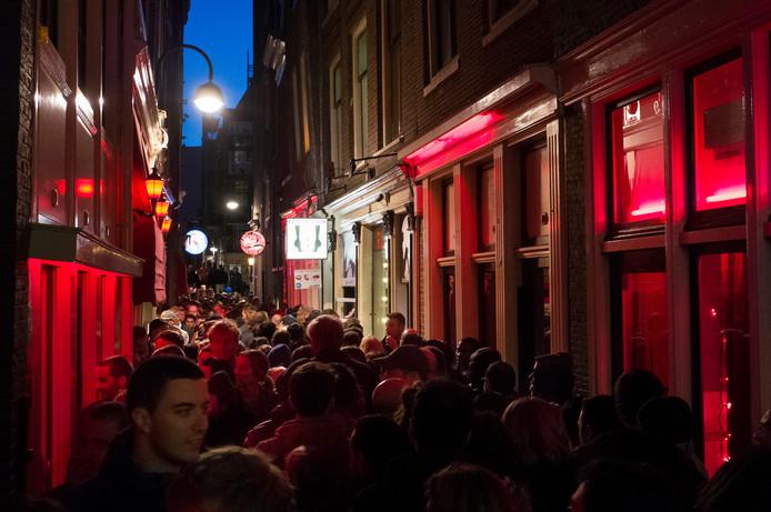 Enorme drukte in een van de steegjes op de Wallen in Amsterdam. De gemeente Amsterdam wil een eind maken aan de groepsrondleidingen in de wijk om de drukte te beteugelen. 'En om meer respect te tonen voor de sekswerkers.'