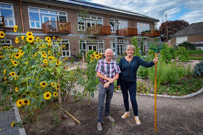 Hans Steeman en Winnie de Jager voor de vroegere Lourdes-school die verbouwd is tot woningen.