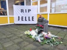 Monument met bloemen en spandoek voor Arnhemse basisschool na fatale flatbrand