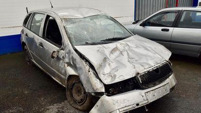 Auto met kind op achterbank ramt drie palen en gaat over de kop