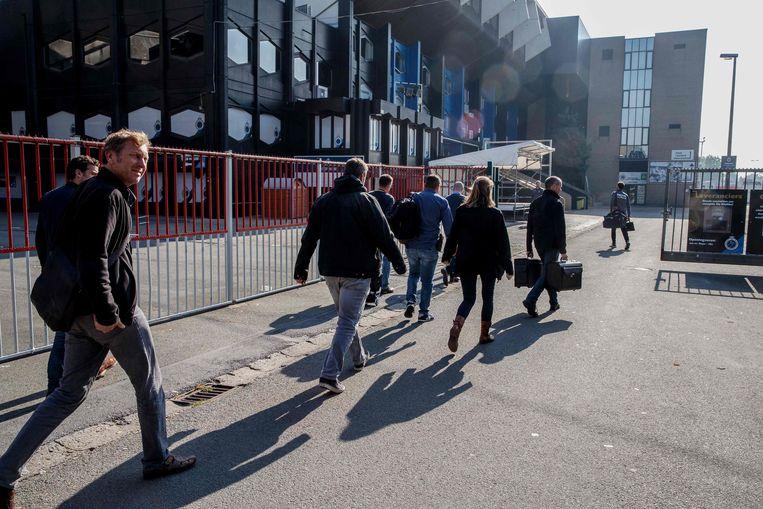 Rechercheurs gaan de kantoren van de Belgische voetbalclub Club Brugge binnen, op zoek naar bewijzen voor fraude, witwassen en matchfixing, op 10 oktober. ER / BELGA / AFP) / Belgium OUT Beeld AFP