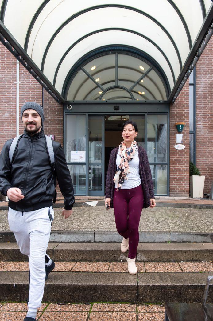 Arbeidsmigranten vertrekken uit Hotel Port of Moerdijk om naar het werk te gaan.