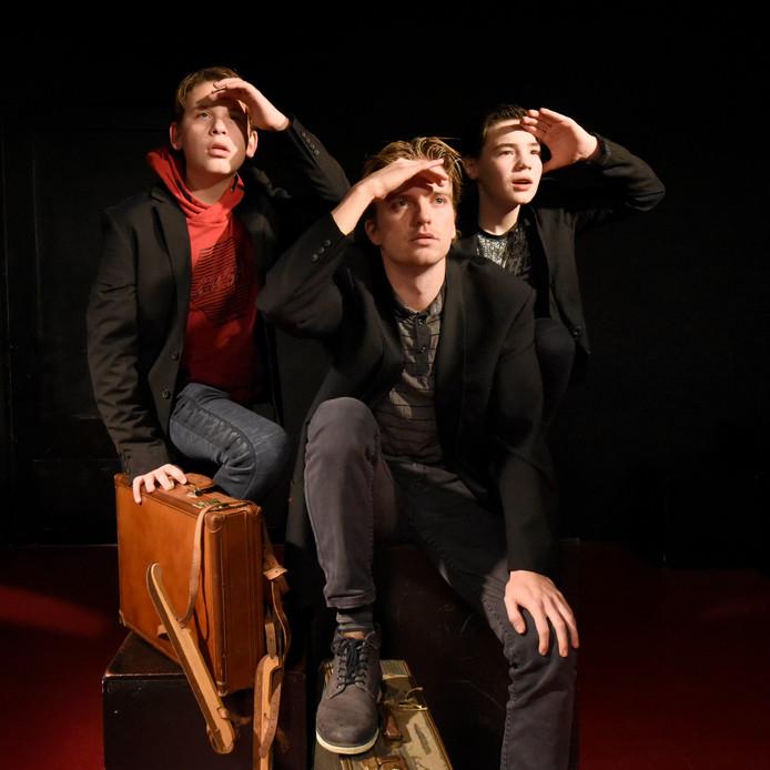 De drie acteurs die Han spelen, kijkend naar een vliegtuig in de verte, vlnr: Barend van Bemmel, Rick van Elk en Wessel van Olffen.