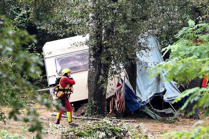 Een door het noodweer beschadigde caravan.