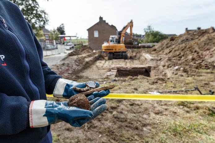 Een foto van afgelopen september: de Bult van Pars ligt open voor archeologisch onderzoek. Archeologe Mina Jordanov toont ons wat ze al heeft gevonden: potscherven en een kanonskogel.