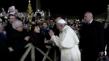 """Paus verontschuldigt zich voor """"geduld verliezen"""" na klap op hand opdringerige vrouw"""