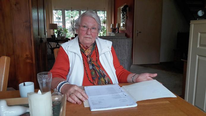 Thea Schelfhorst voor haar mapje met wel bezorgde bankafschriften.