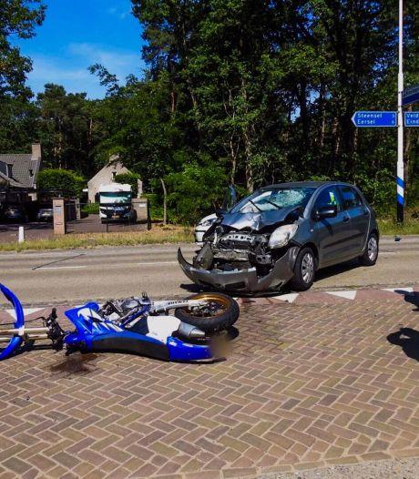Motorrijder raakt gewond bij botsing met auto Veldhoven, inzittende van auto gaat voor controle ook naar ziekenhuis