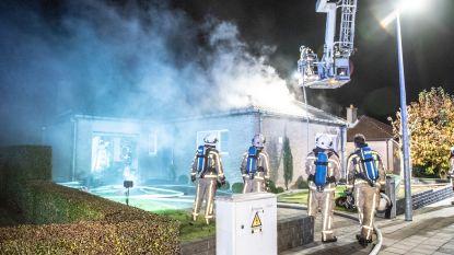 Buur redt bejaard koppel uit brandende woning: trio door rook bevangen en naar ziekenhuis