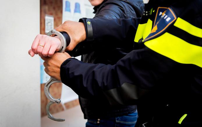2015-01-22 12:54:29 GRONINGEN - Politieagenten verrichten een aanhouding. Arrestatie, handboeien, politie, agent, agenten. ANP XTRA KOEN VAN WEEL