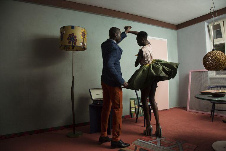 Alors on danse Kevin draagt en jasje van Made & Crafted, een shirt van Avelon, een broek van Non by Kim en schoenen van Hugo Boss. Lily draagt een rok van Maki Ito en schoenen van Dionne Gooding. Beeld Anne Dokter