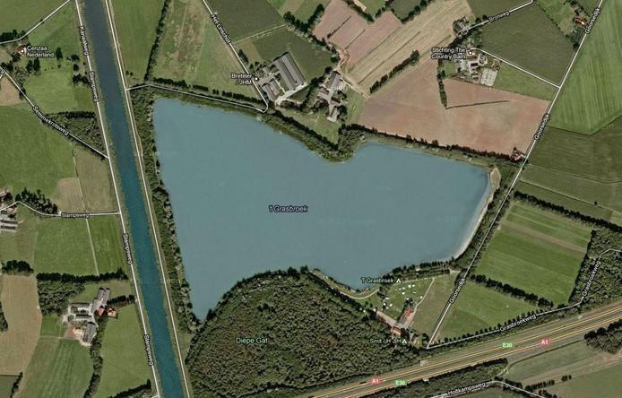 De recreatieplan van 't Grasbroek ligt vlakbij het kanaal. De dam tussen kanaal en plas brokkelt steeds verder af. Foto Google Streetview