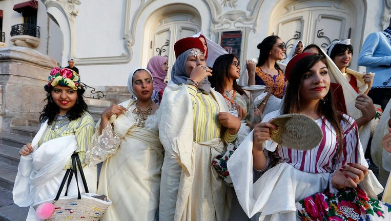 Tunesische vrouwen dragen traditionele kledij tijdens Feest van de Vrouw. Beeld epa