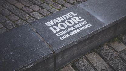 """Tags en borden moeten Gentenaars aanmanen te wandelen, en niet te blijven zitten: """"Wandel door: corona neemt ook geen pauze."""""""