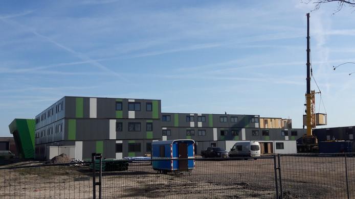Het gaat vlot met de bouw van de campus voor arbeidsmigranten in Waalwijk. In amper twee weken staan de woonunits al drie rijen hoog.