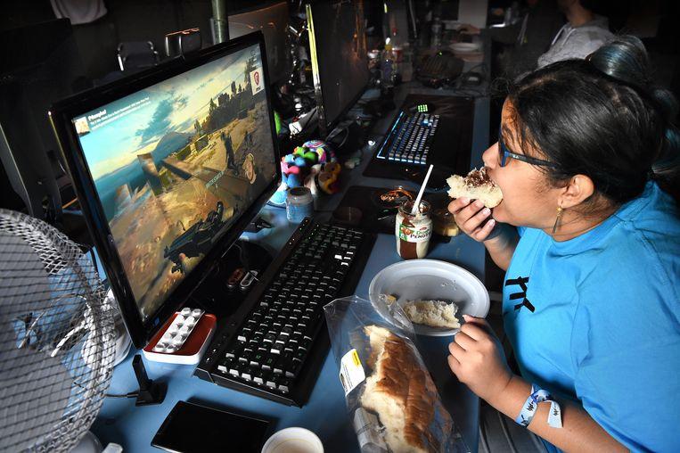 Een deelnemer aan een gamefestival tijdens het ontbijt. Beeld Marcel van den Bergh / de Volkskrant