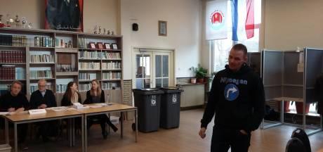 LIVE: Ophef om Turkse poster in stembureau, #stemfie bestaat nog steeds