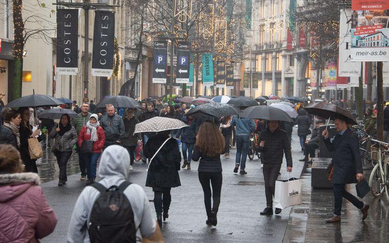 Ondanks aanhoudende regen kwam er toch heel wat volk naar de kerst-koopzondag