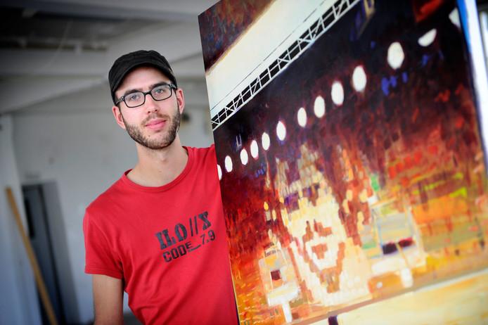 Kunstenaar Maarten van Aken op archiefbeeld met met zijn portret van voetballer Epi Drost.