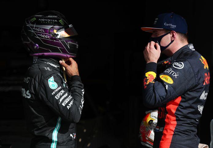 Max Verstappen in een onderonsje met Lewis Hamilton.
