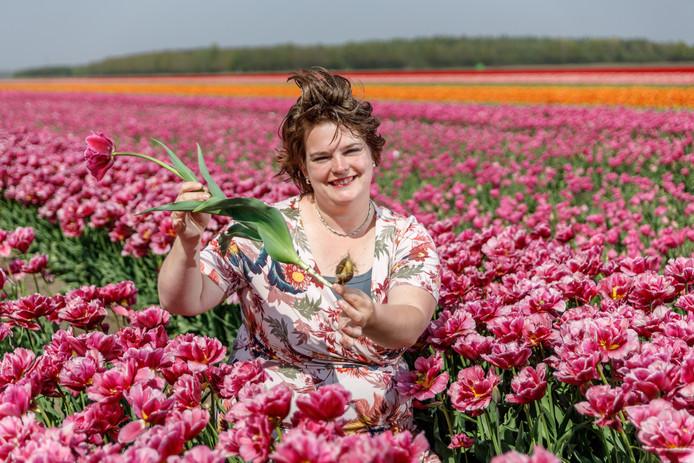 Irma Snoek - Batterink tussen de tulpen van de Firma Snoek aan de Talmabuurt bij Balkbrug. Voor het eerst zette het bedrijf de locaties zijn bollenvelden in het Vechtdal op de sociale media. ©Wilbert Bijzitter
