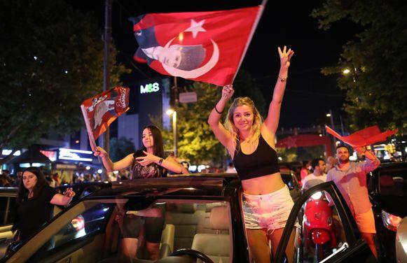 Aanhangsters van de CHP van Ekrem Imamoglu vieren de overwining.