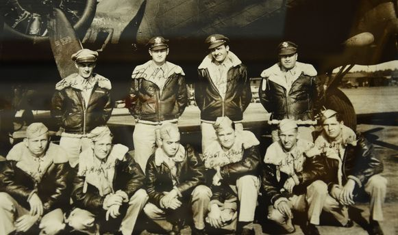 De bemanning van de gecrashte B-17 met de oorspronkelijke piloot, die uiteindelijk niet meeging.