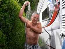 Op de camping in coronatijd: achter je caravan douchen in je blote kont