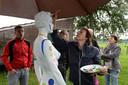 Beeld van een de eerste editie van Schijt aan de Grens. Een witte etalagepop krijgt kleur, iedere bezoeker mocht de verfkwast hanteren.